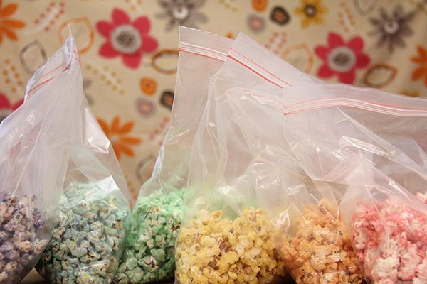 Palomitas arcoiris colorida y dulce receta - Como hacer palomitas de caramelo caseras ...