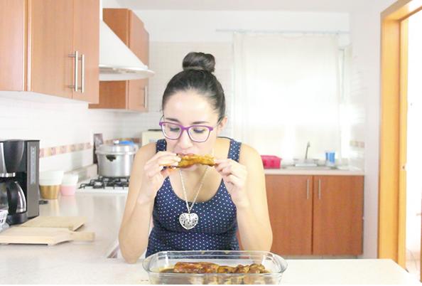 liz-comiendo-costillitas