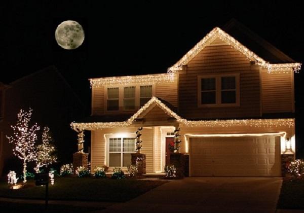 C mo decorar con luces de navidad for Luces para exterior de casa
