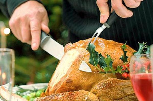 cortando el pavo en la mesa