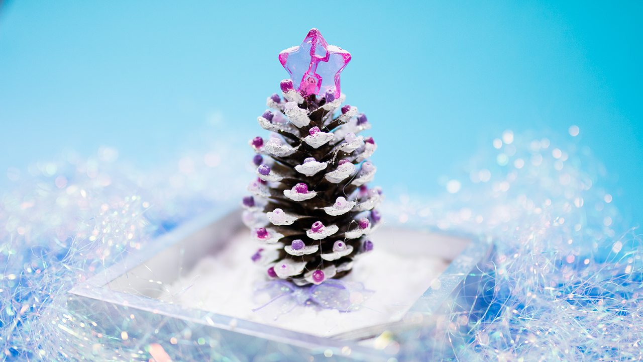 Árbl de navidad reciclado con una piñita