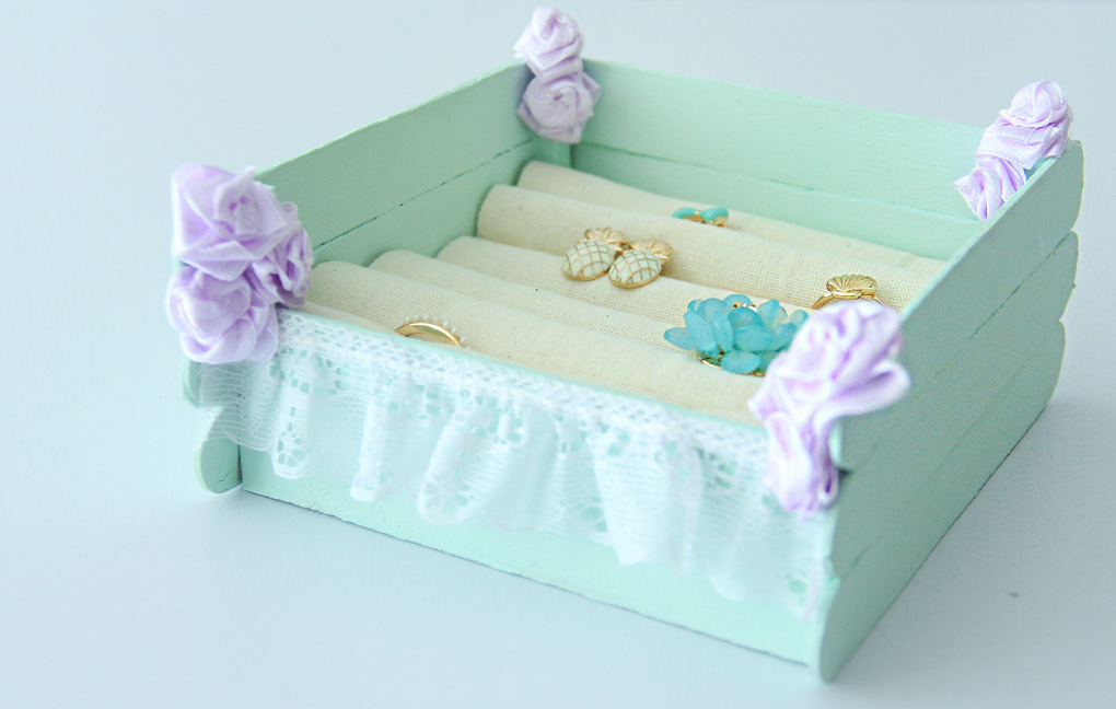 Organiza tu joyería con esta caja hecha con palitos de madera, puedes pintarla con tus colores favoritos y agregar bonitas decoraciones | Organize your jewelry with this box, made with wooden sticks,