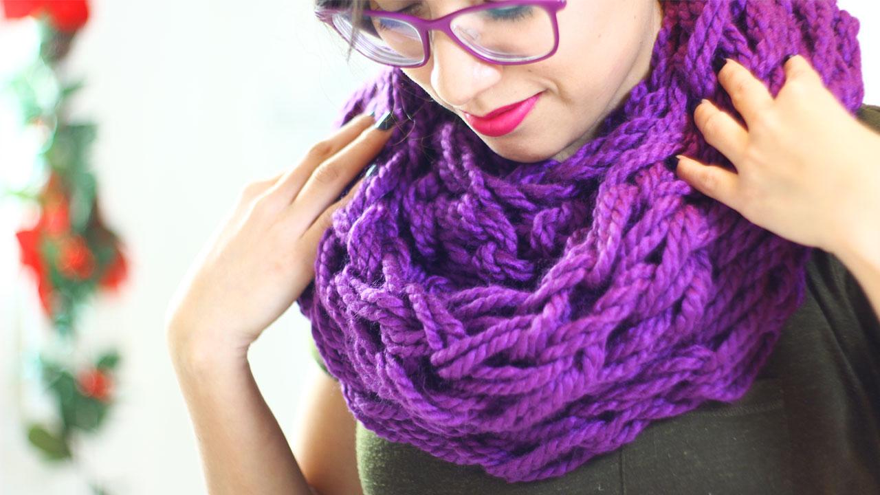 bufanda tejida con manos y brazos