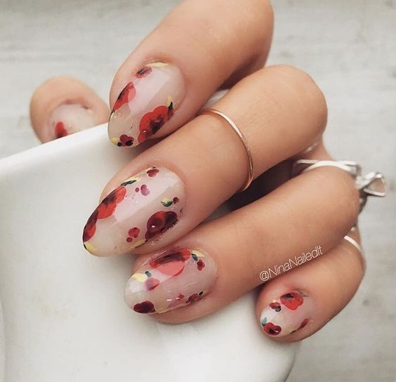 Uñas de flores rojas nude